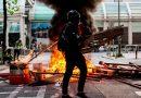 Manifestantes em Hong Kong queimam bandeira chinesa; protestos continuam