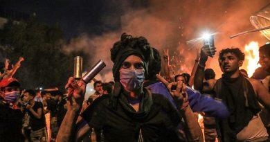 Homem mascarado abre fogo contra manifestantes no Iraque e mata 18