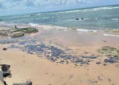 Inema faz alerta sobre praias contaminadas com manchas de óleo